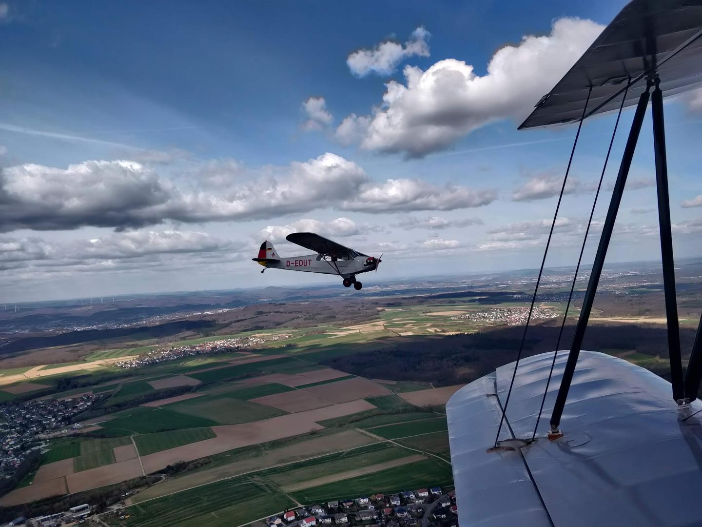 Veteranen in der Luft: Der Stieglitz (1937) im Verband mit der D-EDUT (Piper Cub, 1942)