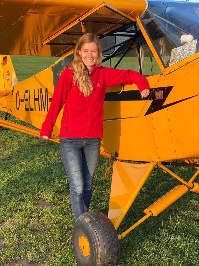 Hannah mit ihrer Piper PA-18