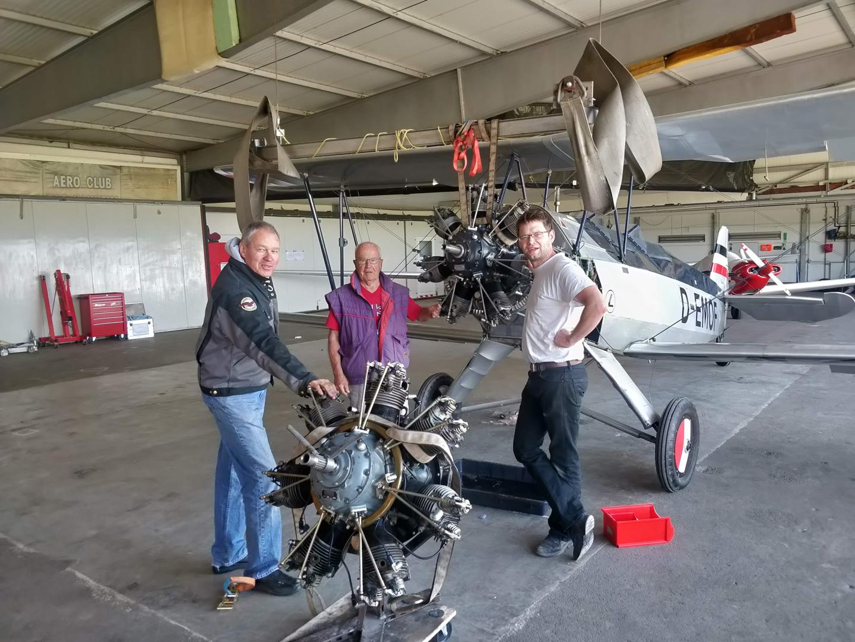 Drei Stieglitz-Besitzer beim ritualisierten Motorwechsel: Mehr schrauben als fliegen.