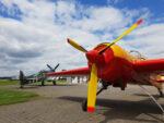 Selten, aber doch passiert: der 9-Zylinder-Stern der Yak 55 trifft auf einen 12-Zylinder RollsRoyce Merlin 63 V-Motor. Für Technikbegeisterte ein Bild mit unglaublicher Diversität.